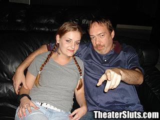 adolescente follada un cine por varios desconocidos que se corren en su culo